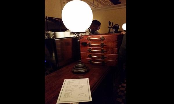 Detalle del bar que hay en la sala.