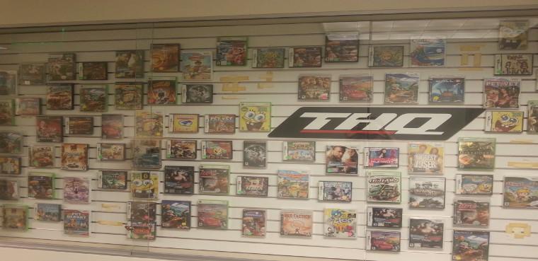 Una estantería llena de los videojuegos de la casa.